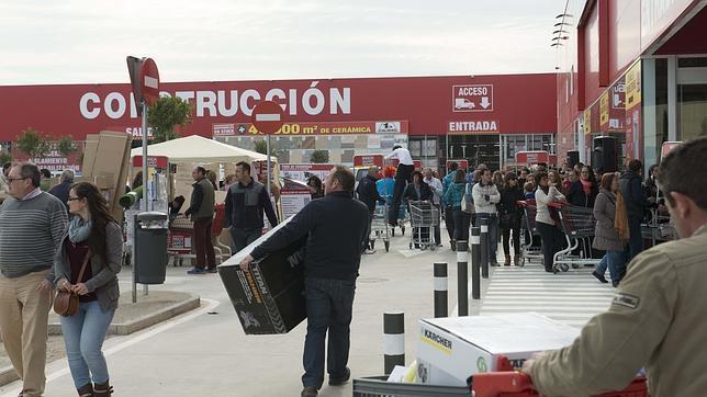 Miles de clientes acuden a la apertura del nuevo Brico Depôt de Sevilla capital
