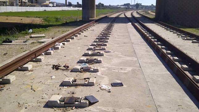 Metros de raíles del trazado del tranvía de Alcalá han sido arrancados