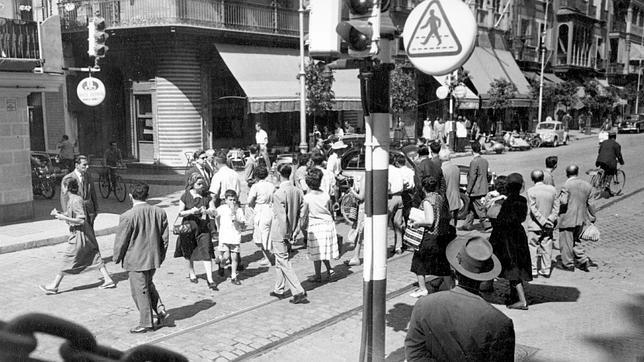 Cruce de peatones en la Punta del Diamante en 1958