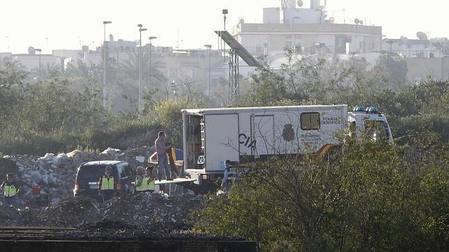 Patrullas de la Policía Nacional mantienen precintada la zona donde se han hallado los restos óseos