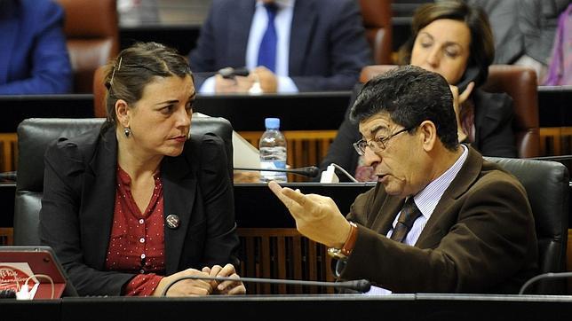 La consejera Elena Cortés y el vicepresidente Diego Valderas, ambos de IU, dialogan en el Parlamento