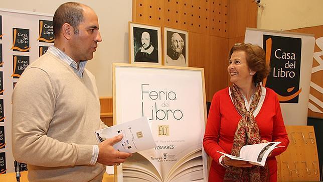 El director de La Casa del Libro, Rafael García Organvídez, y la concejal Mercedes Fuentes