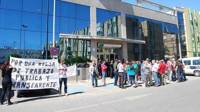 Concentraci n frente a la oficina de empleo en protesta for Oficina del paro murcia