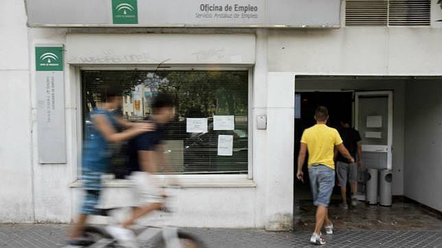 El paro baj en c rdoba durante abril en 736 personas for Oficina de correos cordoba