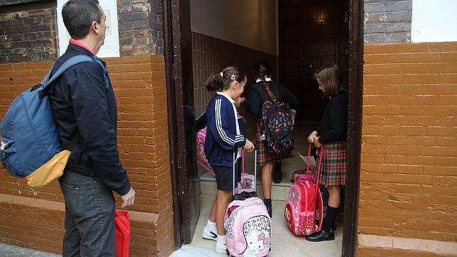 Niñas en la entrada del colegio Ángela Guerrero