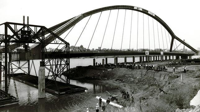 El puente, en la orilla de la Cartuja, a bordo de los cajones flotantes