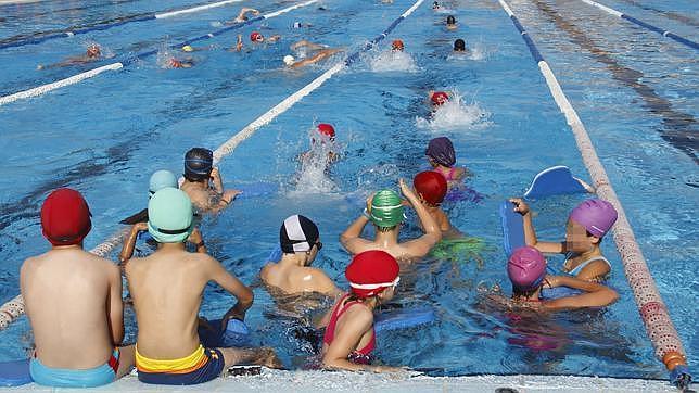 Abren sus puertas las piscinas municipales de los palacios for Piscina municipal alcala de guadaira