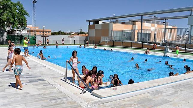 Tomares apuesta por los campus deportivos y las aulas for Piscina municipal alcala de guadaira