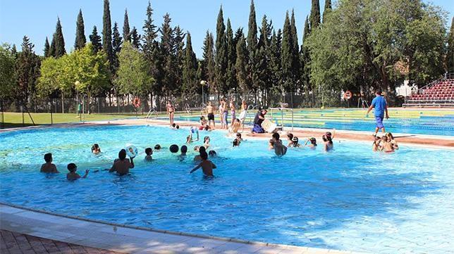 M s de maireneros han disfrutado las piscinas for Piscinas abiertas en sevilla