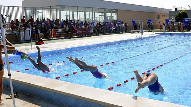 Medio centenar de nadadores de dan cita en tomares for Piscina tomares