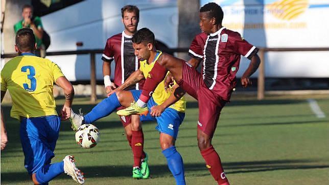 Dos penaltis de Abel salvan ante el Cádiz (2-2)