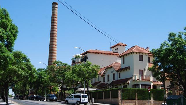 La chimenea de ladrillos que marcó el devenir de la industria en Dos Hermanas