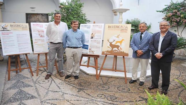 Salvador Fuentes acompañado de algunos de los colaboradores de Intercaza durante la presentación
