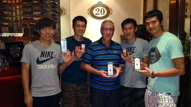 «Goyo» Manzano con los jugadores del Beijing mostrando el aceite de Mágina