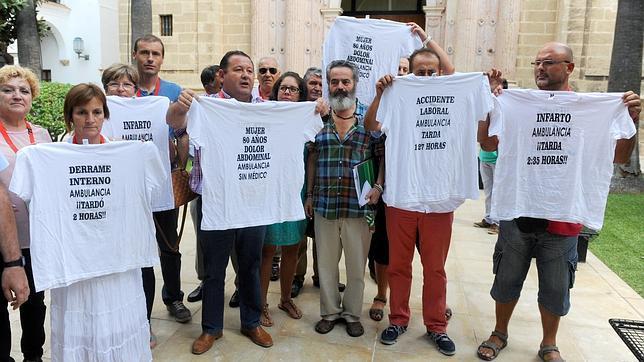 Alcaldes de los pueblos de la Sierra Sur de Sevilla se han manifestado ante el Parlamento de Andalucía por su deficiente atención de urgencias