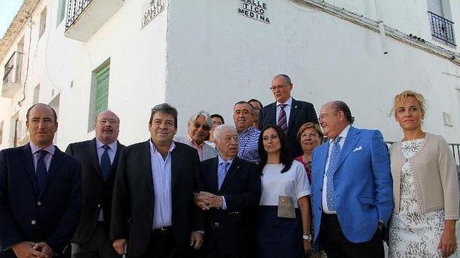 P ar nombra hijo predilecto a tico medina for Medina motors pueblo co