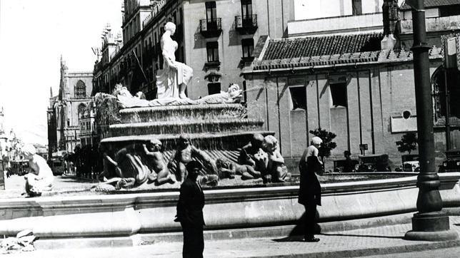 Fuente de la Puerta de Jerez cuando tenía en su perímetro cuatro niños con caracolas de las que manaba agua