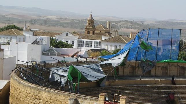 El croma del set de rodaje en la plaza de toros de Osuna, derribado