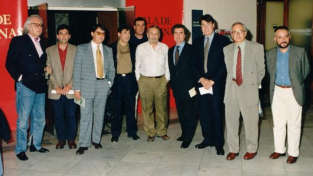 Manuel Álvarez Ortega, en el centro, durante un acto junto a otros escritores