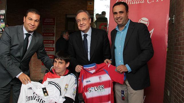 Álvaro ha recibido el saludo de Florentino Pérez y la camiseta del Granada CF