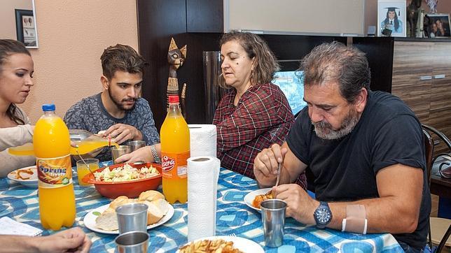La familia Blanco, almorzando en su casa de las Tres Mil Viviendas