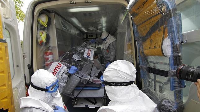 Sanitarios preparan una ambulancia para un paciente con for Sanitarios sevilla