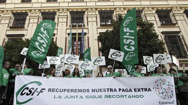 Más de mil funcionarios de concentran para protestar por el recorte de la paga extra