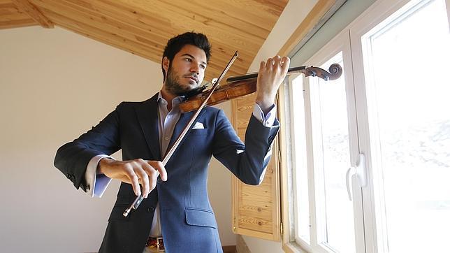 Paco Montalvo, con uno de sus violines