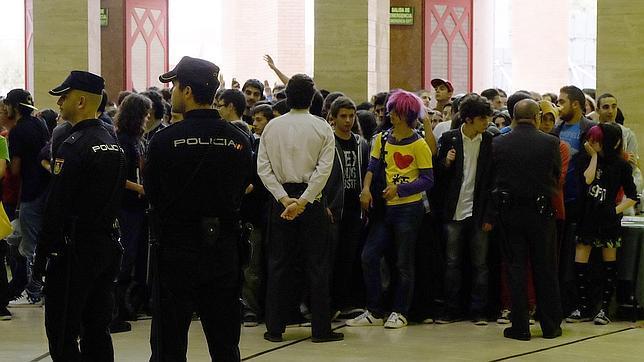 La Policía controlando el acceso a Fibes