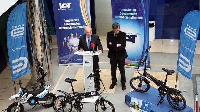 Directivos del IAT presentaron ayer la bicicleta y la minimoto eléctricas