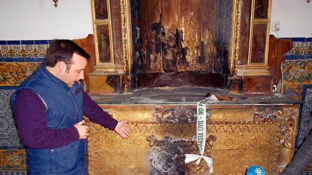El vicehermano mayor, José Luis Cumplido, enseña cómo el fuego empezó por abajo, no por el techo