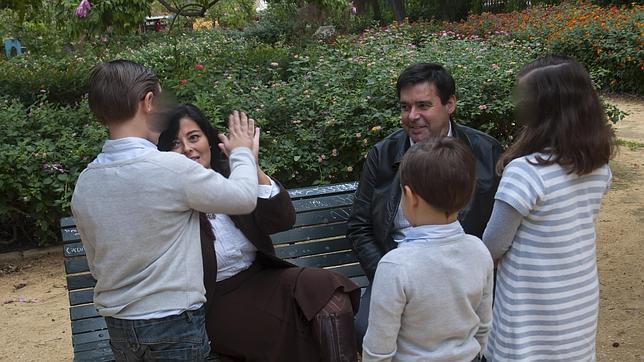 El matrimonio con sus hijos en un parque de Sevilla