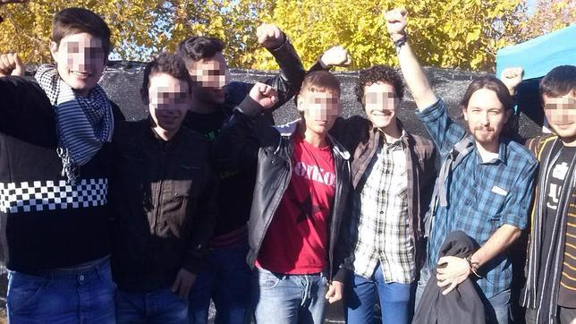 Imagen del líder de Podemos, Pablo Iglesias (segundo derecha), durante su asistencia en Sevilla a un acto que sirvió para financiar a los okupas de la Corrala Utopía