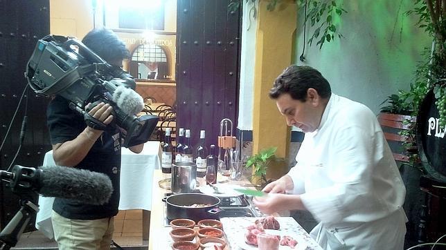 El cocinero de Taberna Plateros elabora en directo para una TV internacional el rabo de toro