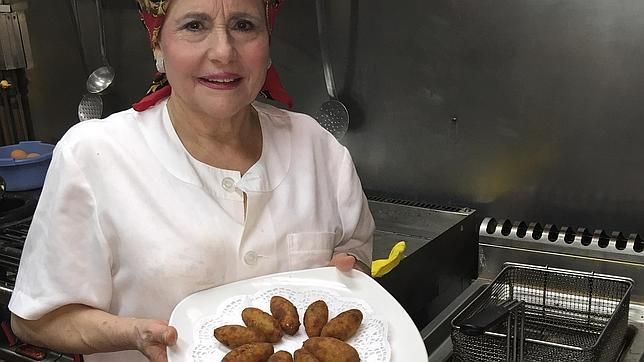 La Señora de las Tabernas María Luisa Pérez es la encargada de elaborar las croquetas