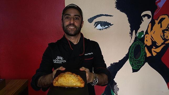 Gonzalo Fidalgo con su empanada de rabo de toro