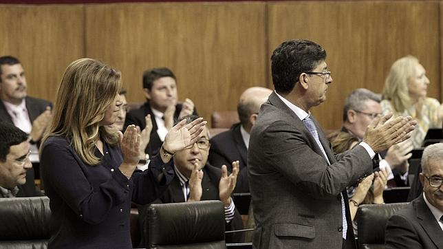 Susana Díaz y Valderas aplauden en el Parlamento andaluz