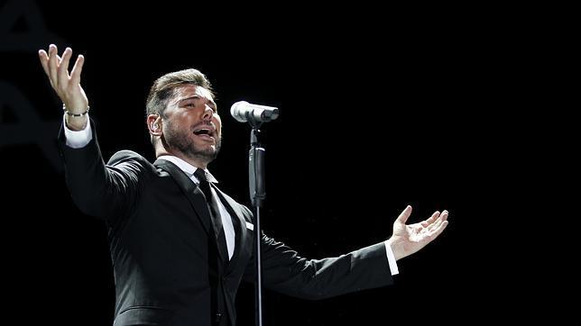 El cantaor Miguel Poveda en plena actuación