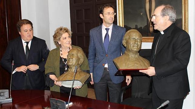 Entrega de los bustos de San Juan Pablo II en el Arzobispado
