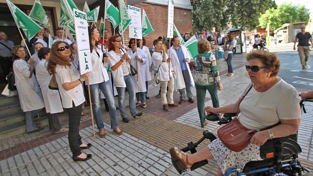 Protesta de trabajadores del SAS en un centro de salud de Sevilla