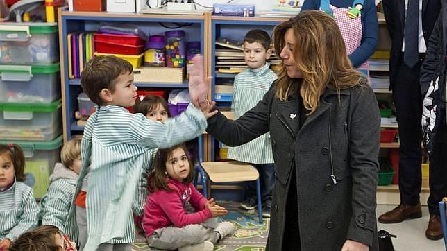 Susana Díaz choca la mano de un niño