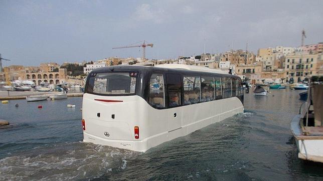 Un autobús, similar al que se piensa para Sevilla, navega por las aguas de Malta