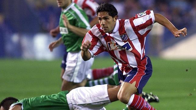 Juan Carlos conduce el balón durante un partido de su última etapa en el Atlético de Madrid
