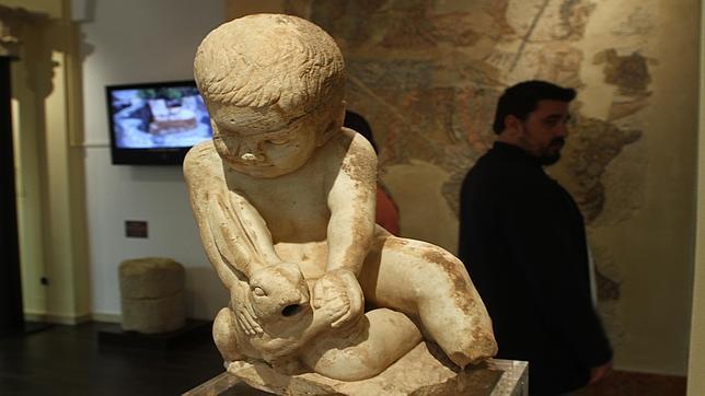 «Niño con liebre», pieza que fue hallada en las excavaciones de la Villa del Mitra