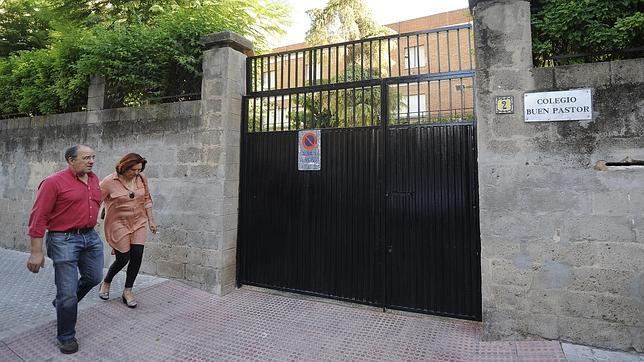 Puerta del colegio Buen Pastor, en Nervión