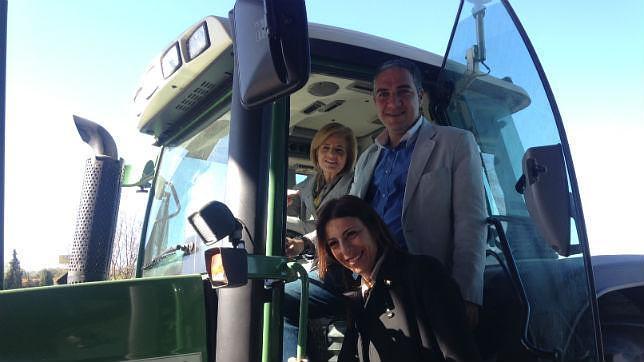 Oña, Bendodo y la alcaldesa de Ronda, subidos a un tractor