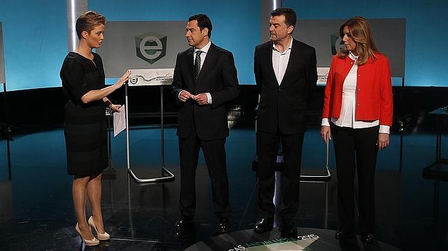 La presentadora María Casado, con los candidatos Juanma Moreno (PP), Antonio Maíllo (IU-CA) y Susana Díaz (PSOE)