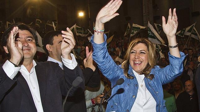 Susana Díaz saluda a los militantes en el mitin celebrado el domingo en la Casa Colón