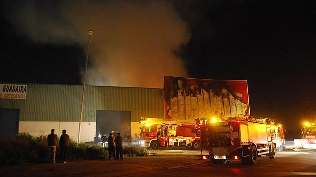 Emergencias 132 incendio de gran magnitud destruye nave - Muebles en alcala de guadaira ...