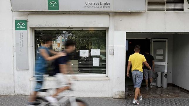 Uno de cada tres parados cordobeses no recibe ya for Oficina de desempleo malaga